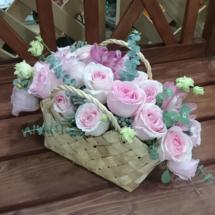 Композиция из роз в корзине