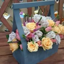 Композиция из цвето в ящике